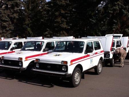 Премьер-министр Украины Николай Азаров и губернатор Днепропетровщины Александр Вилкул вручили 360 легковых автомобилей для амбулаторий общей практики - семейной медицины